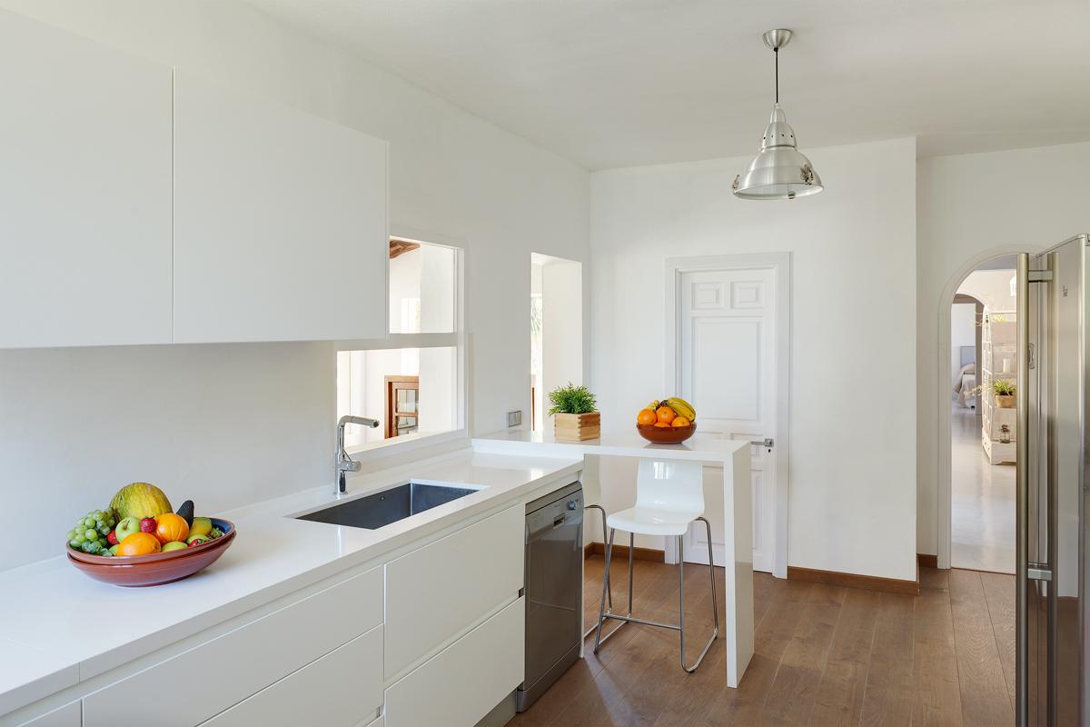 Светлая кухня на прекрасной вилле класса люкс в краткосрочную аренду на Ибице