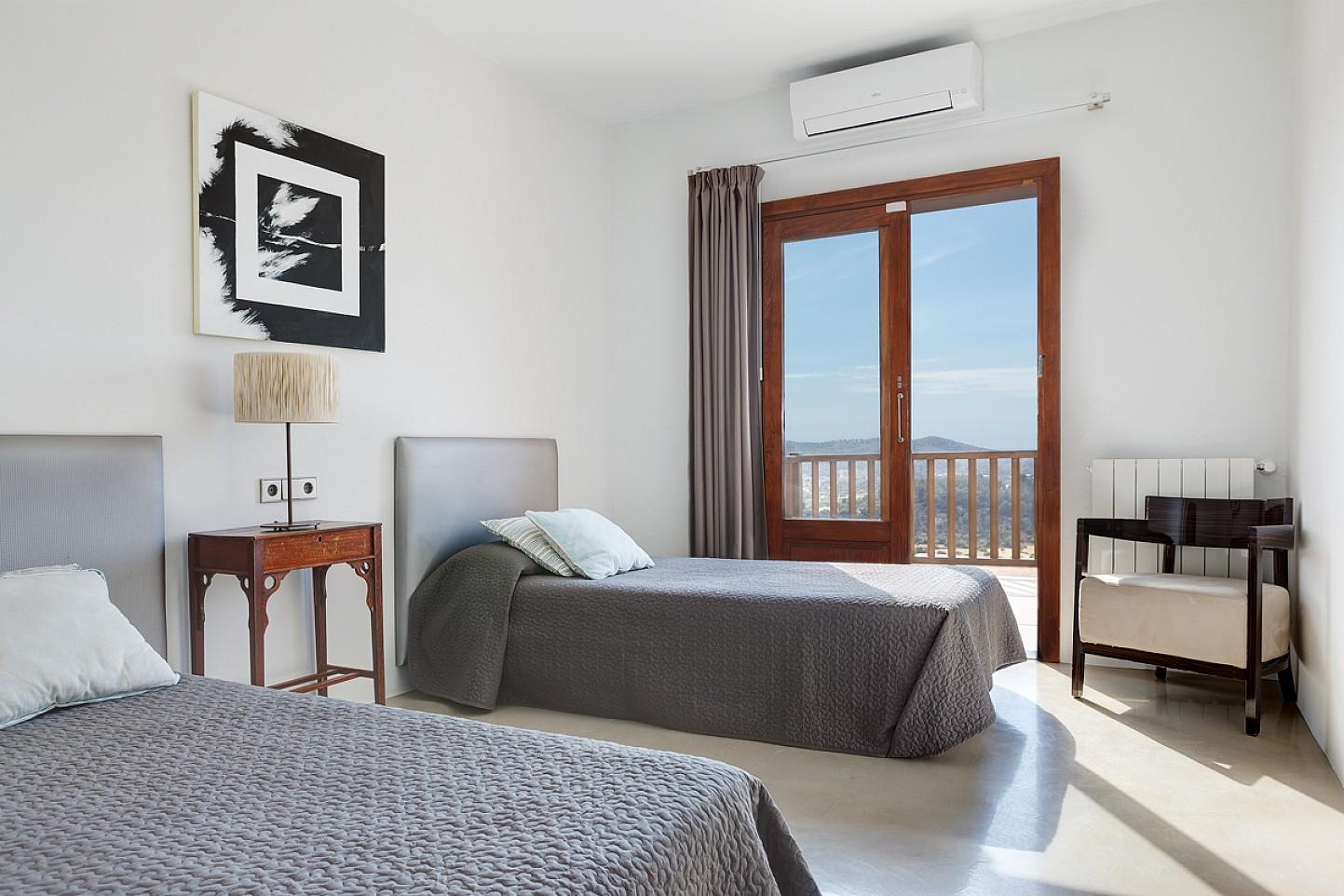 Dormitorio con dos camas de maravillosa villa en alquiler en San Agustin, Ibiza