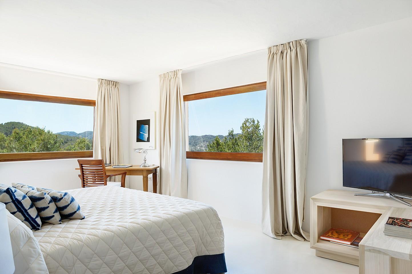 Habitación de matrimonio de maravillosa villa en alquiler en San Agustin, Ibiza