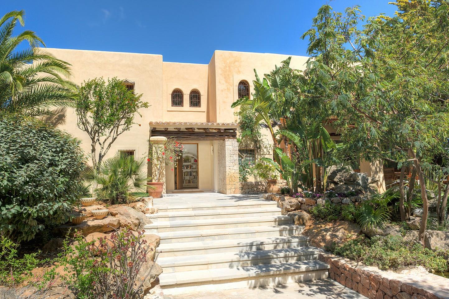 Fachada de maravillosa villa en alquiler en San Agustin, Ibiza