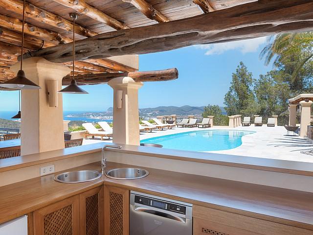 Aussemküche mit Anblicken auf den Swimming-Pool