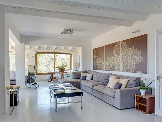 Светлая и стильная гостиная на вилле в краткосрочную аренду на Ибице