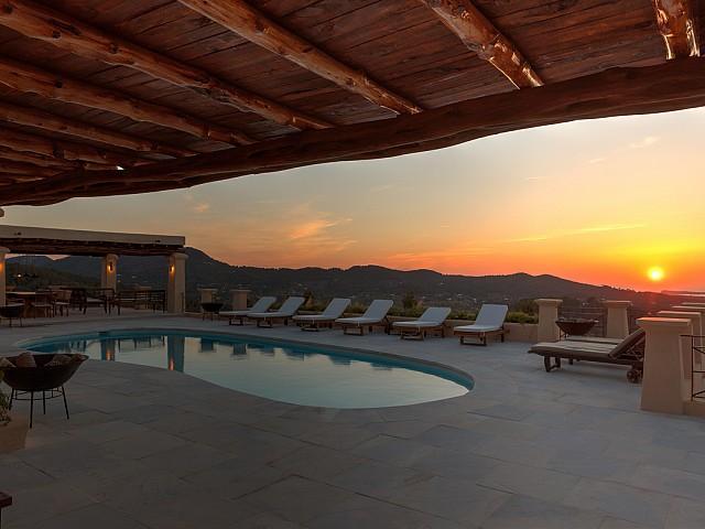 Шикарный бассейн с потрясающими видами на замечательной вилле в аренду на Ибице