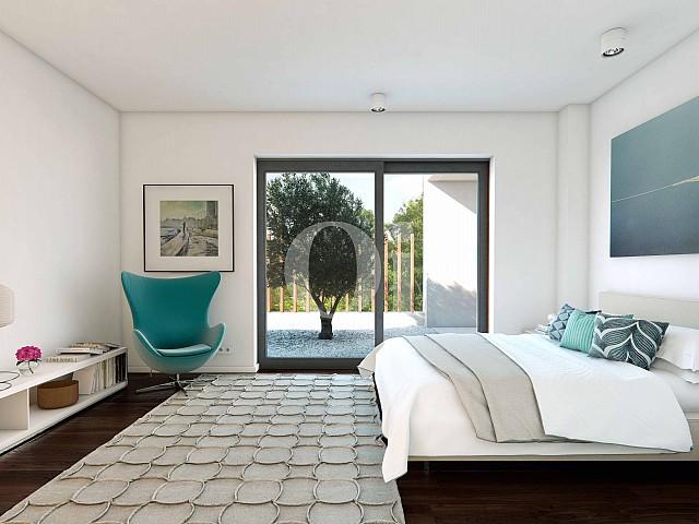 Luminosa habitación de lujo con cama matrimonial y equipada totalmente con una gran ventana que accede al jardín en casa en venta en Golf Catalunya Resort