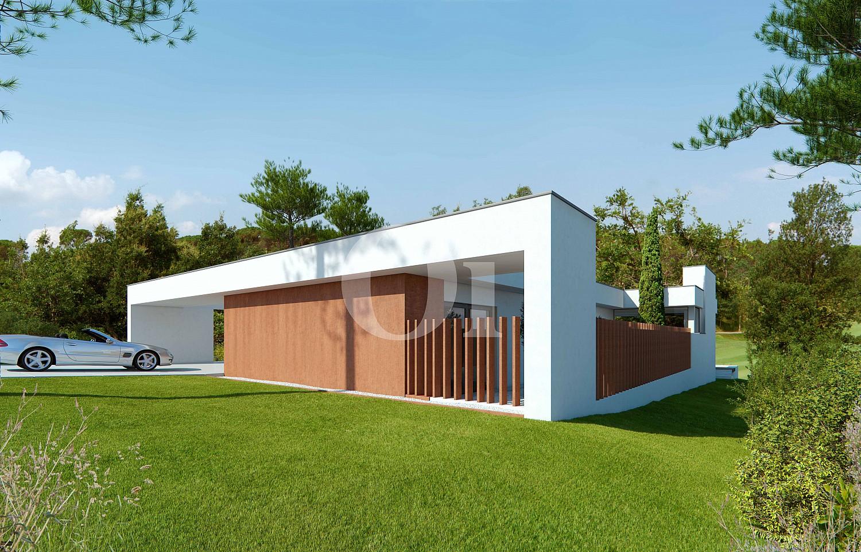 Vista exterior a un gran jardín con acceso a un parking en casa de lujo en venta en Golf Catalunya Resort