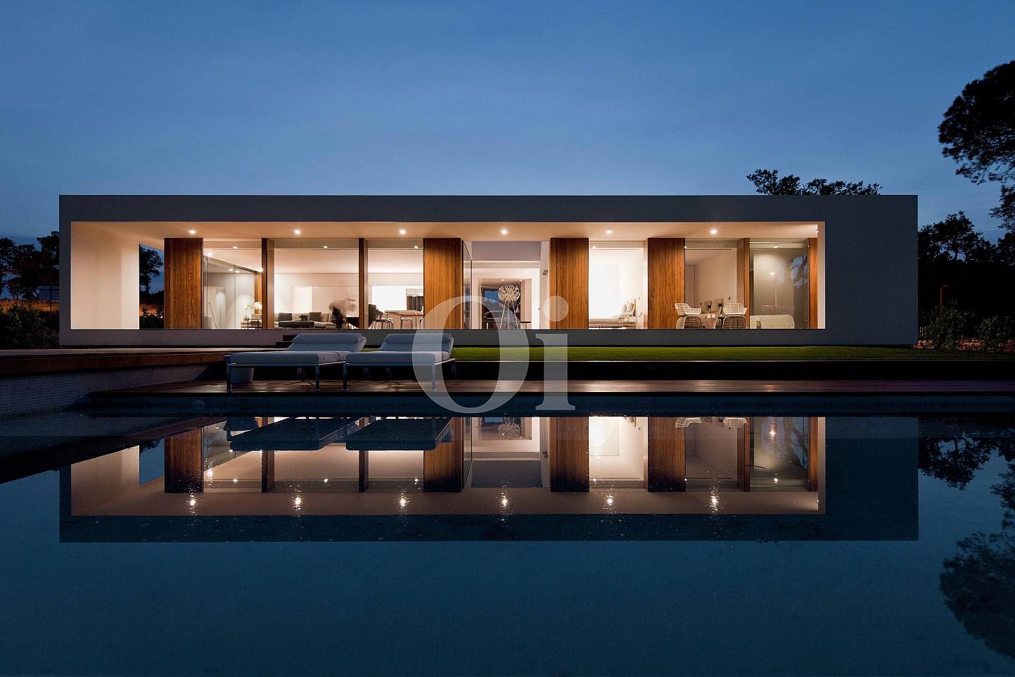 Exclusiva vivienda con luminosas vistas a la maravillosa piscina y pequeño jardín de lujo en casa en venta ubicada en Caldes de Malavella