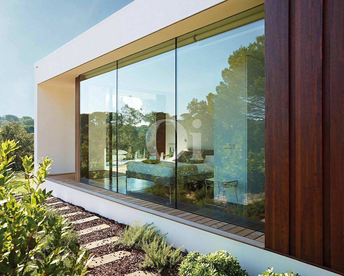 Wohn-Esszimmer mit grossen Fenstern und Anblicken