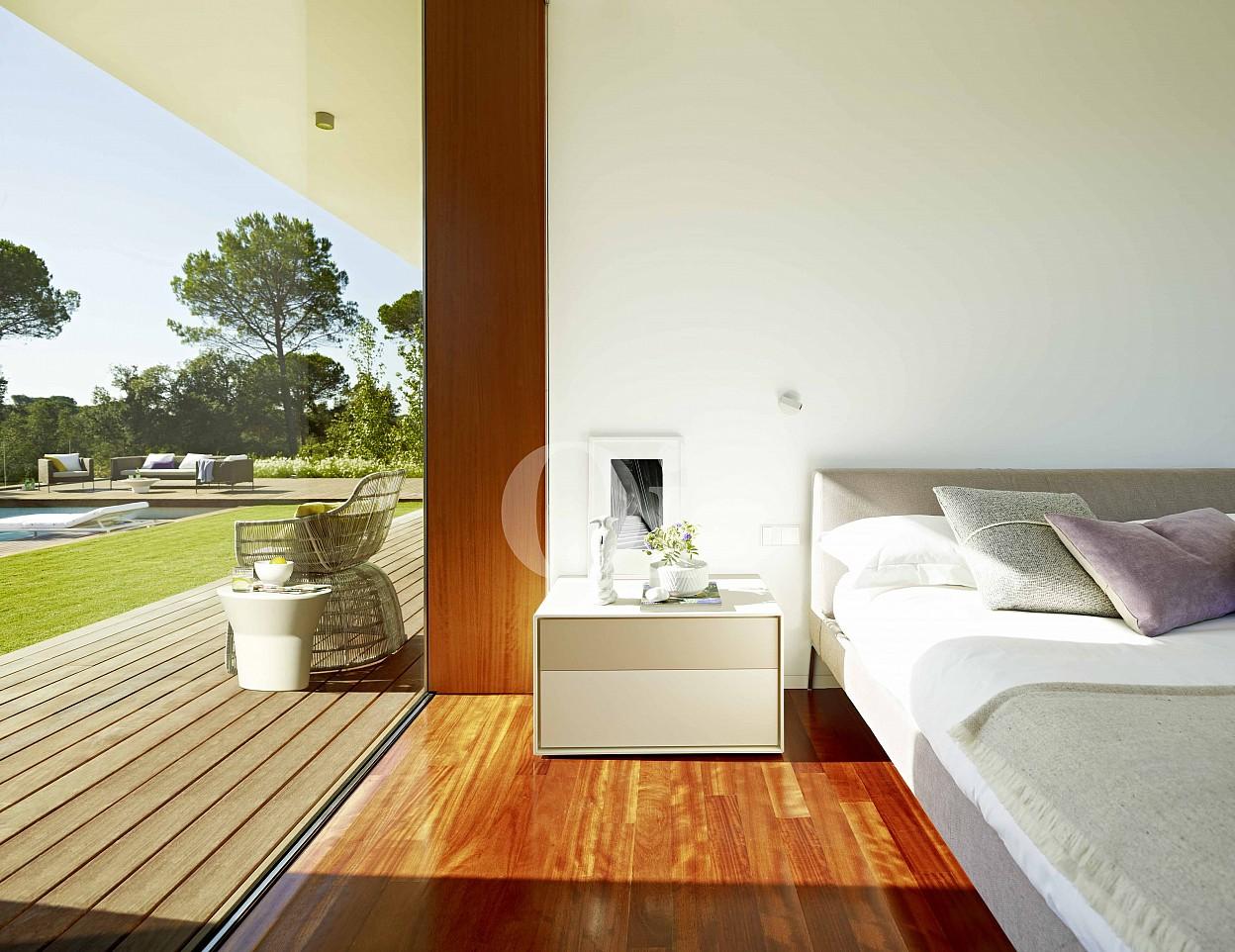 Прекрасная спальня, из которой открываются чудесные виды на поле для игры в гольф и соснойвый лес на шикарной вилле класса люкс на продажу в Жироне