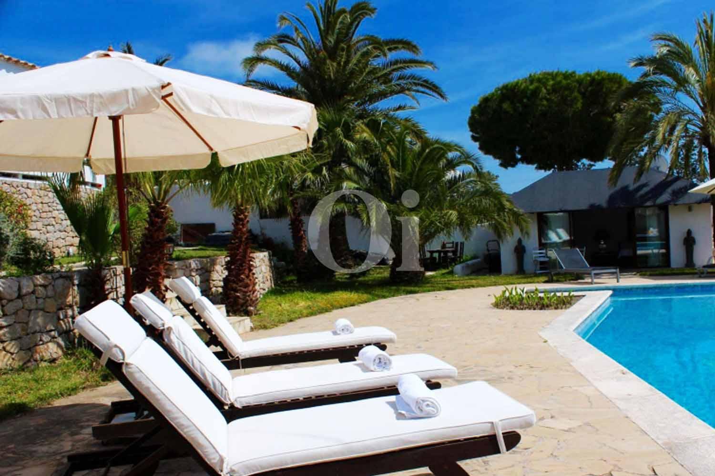 Шикарные лежаки у бассейна на территории потрясающей виллы в краткосрочную аренду на Ибице