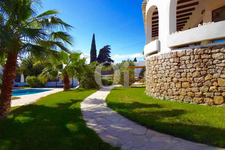 Magnífico jardín con vistas a la casa en venta situada en Ibiza