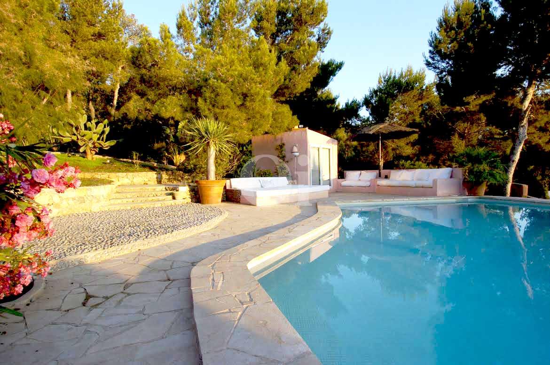 espectacular piscina con jardín en casa en venta situada en Ibiza