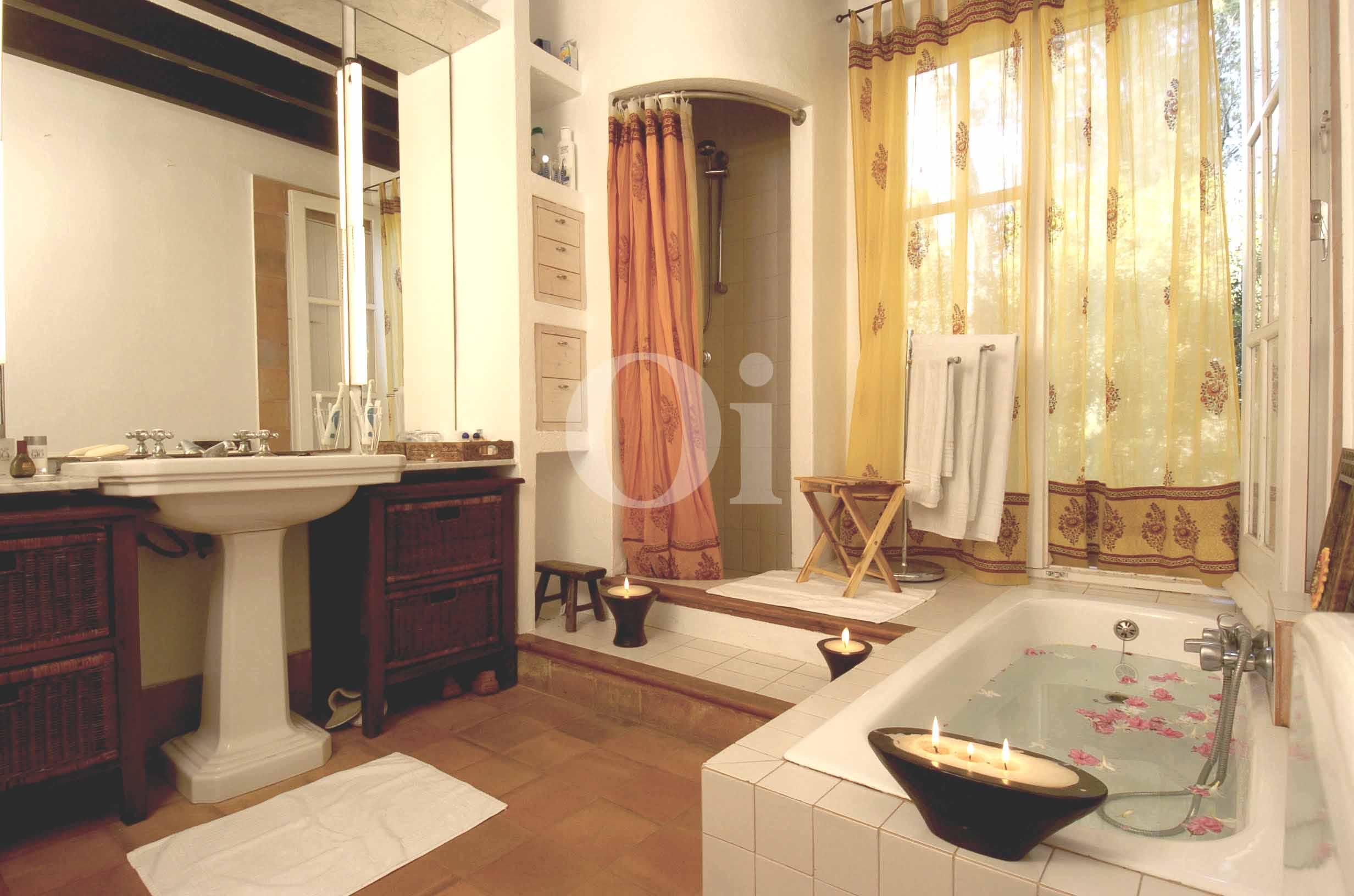 Gran baño completo con ducha y aseo en casa en venta situada en Ibiza