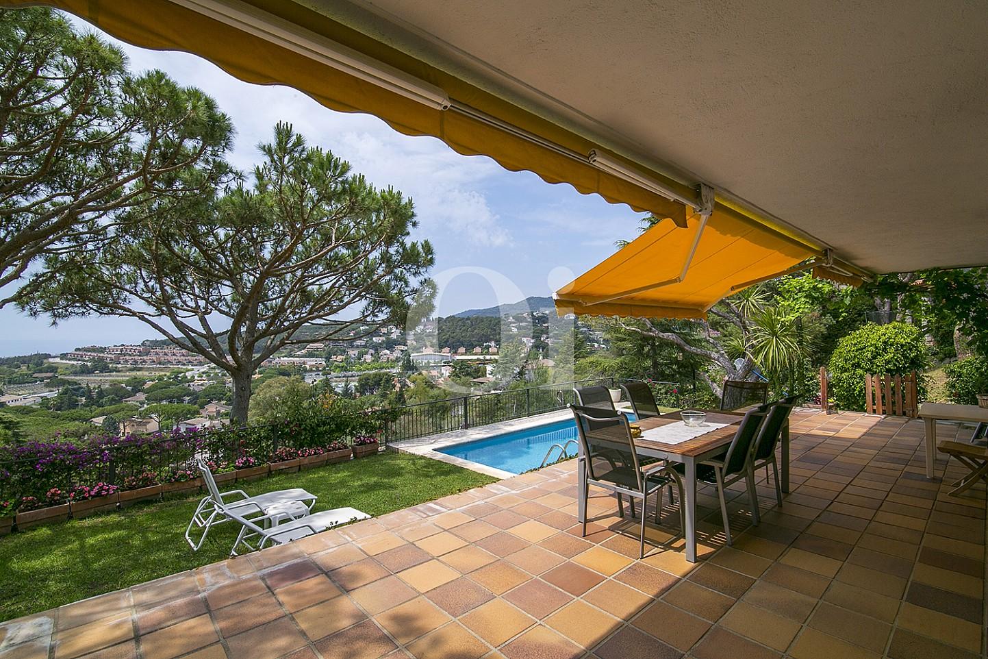 Sensacional terraza con gran jardín con piscina propia en casa en venta situada en Cabrils
