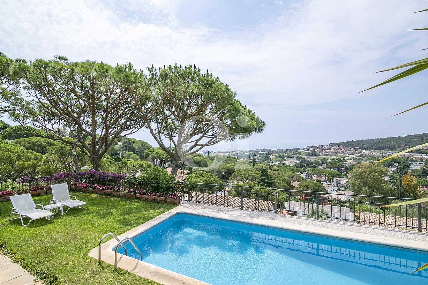 Sensacional jardín con piscina propia en casa en venta situada en Cabrils