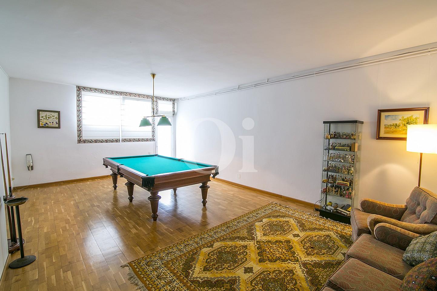 Impresionante comedor con luminosas vistas y mesa de billar en espectacular casa en venta situada en Cabrils