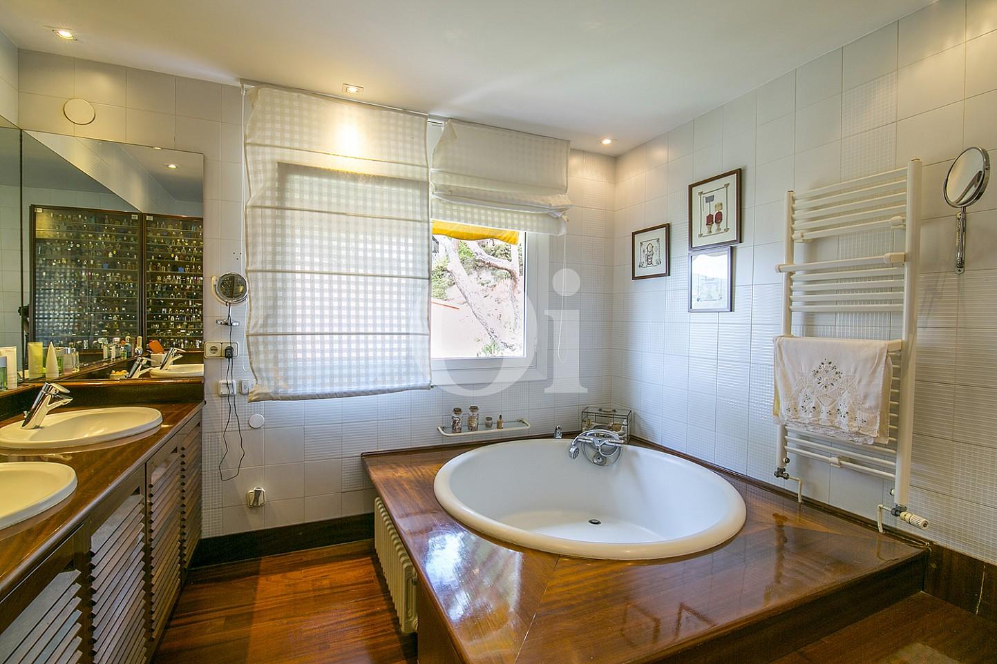 Luminoso baño completo con jacuzzi, aseo y ventana exterior en espectacular casa en venta en Cabrils