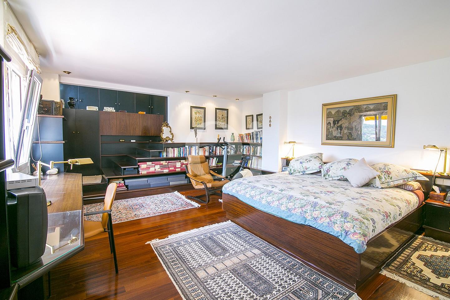 Espaciosa habitación doble con cama matrimonial en lujosa casa en venta situada en Cabrils