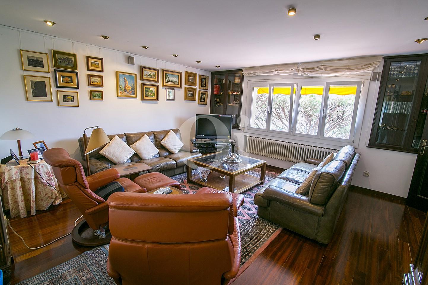 Espectacular y luminoso comedor con vistas exteriores en sensacional casa en venta situada en Cabrils