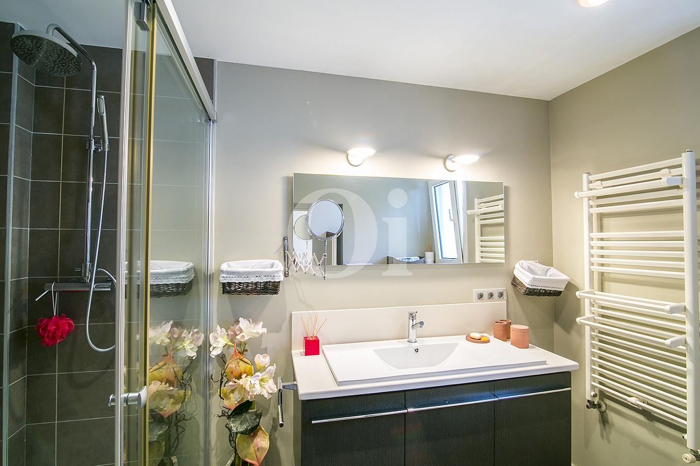 Luminoso baño completo con plato de ducha y aseo en espectacular casa en venta en Cabrils