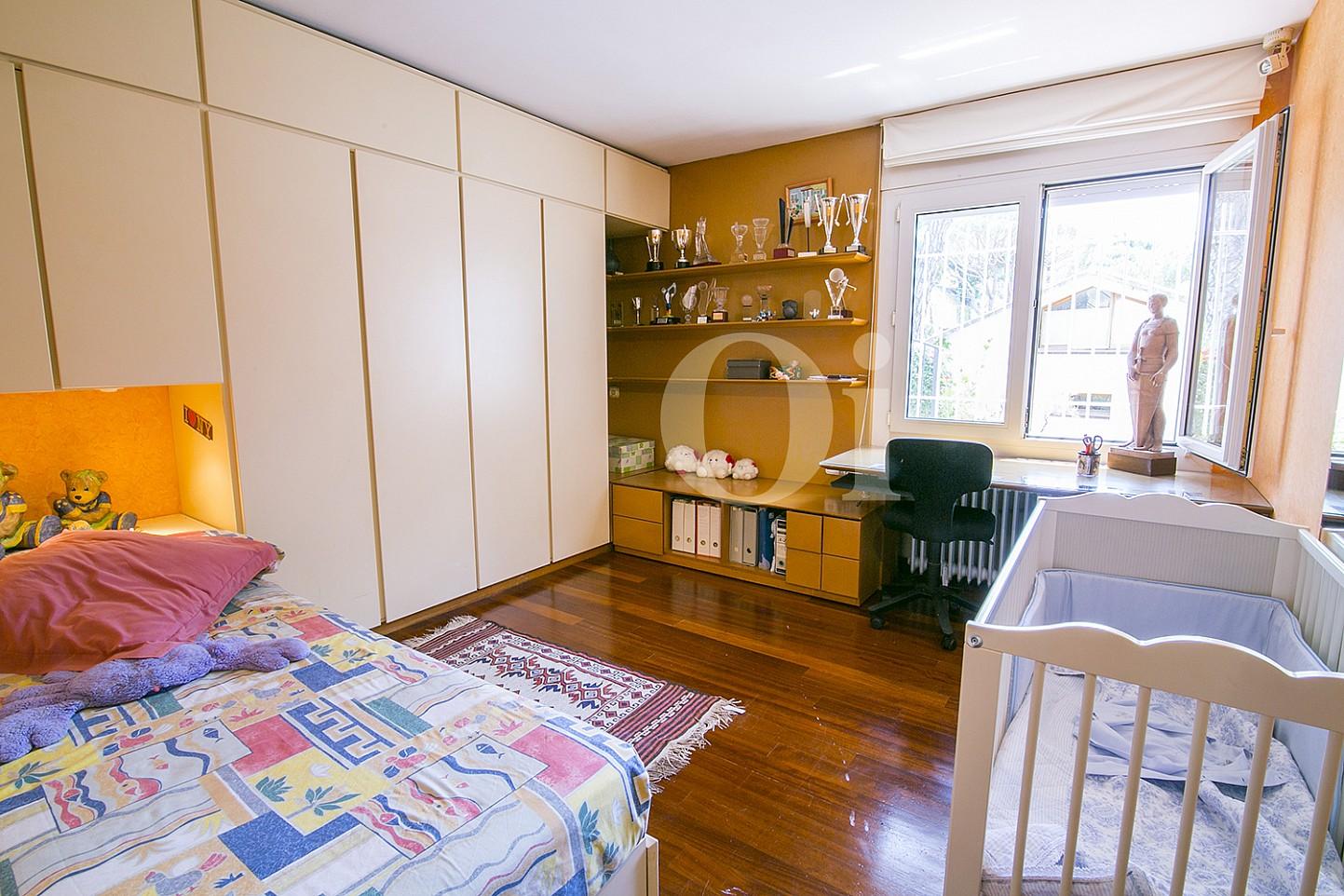 Sensacional habitación doble con dos camas individuales y luminosas vistas al exterior en casa en venta en Cabrils
