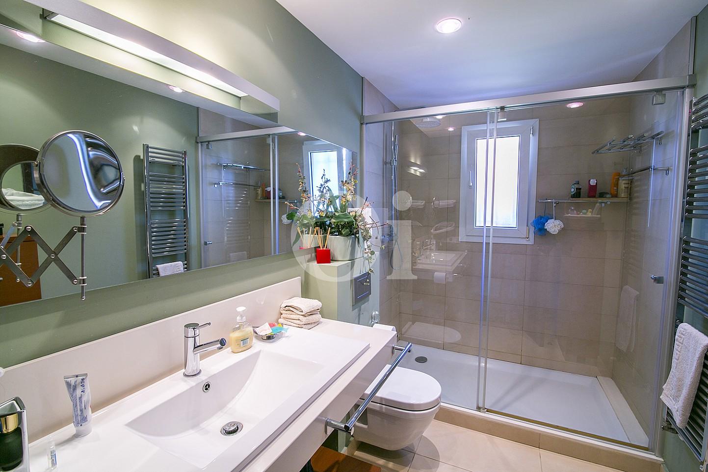 Lujoso baño completo con plato de ducha y aseo en magnífica casa en venta situada en Cabrils