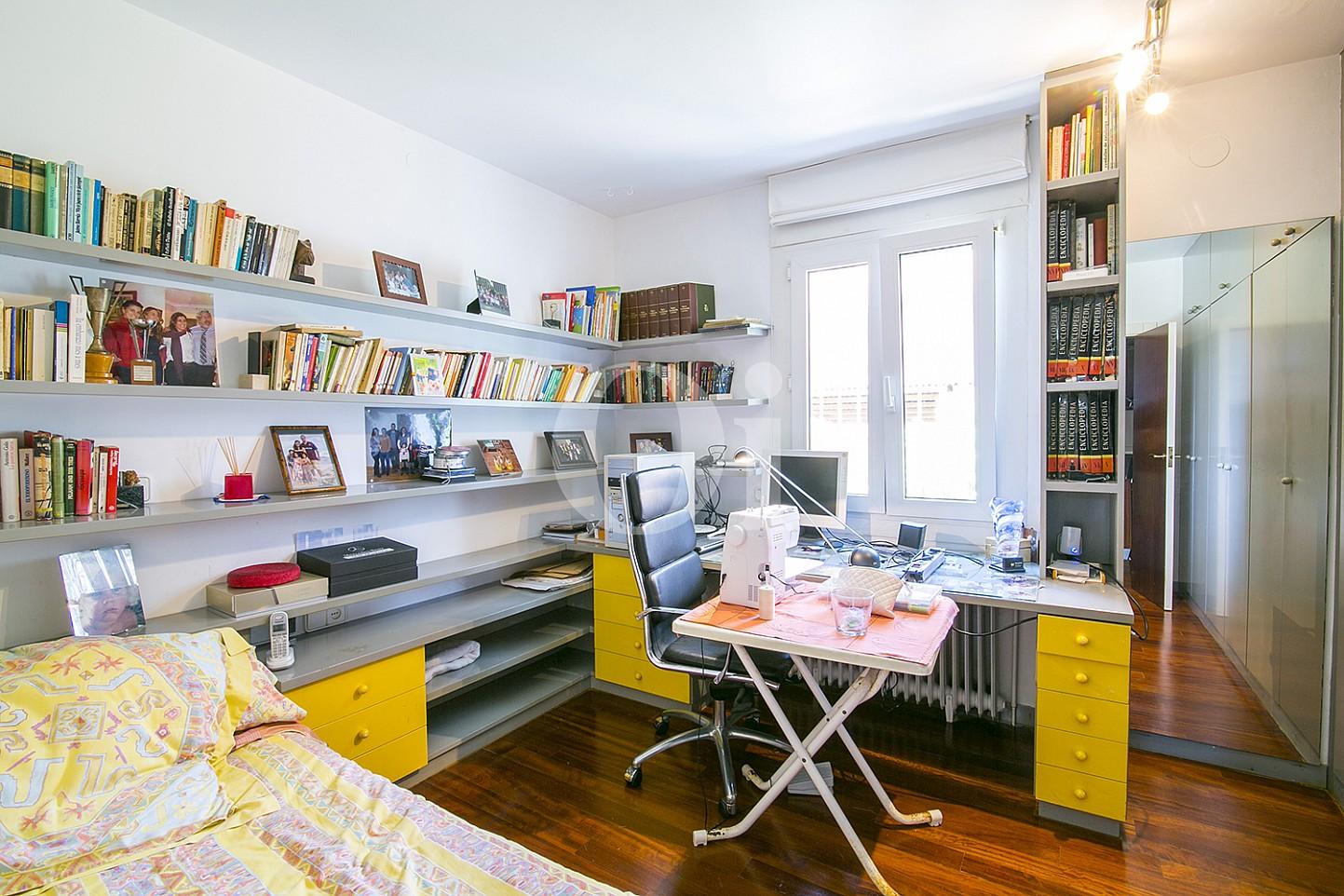 Sensacional habitación doble con una cama individual y luminosas vistas al exterior en casa en venta en Cabrils