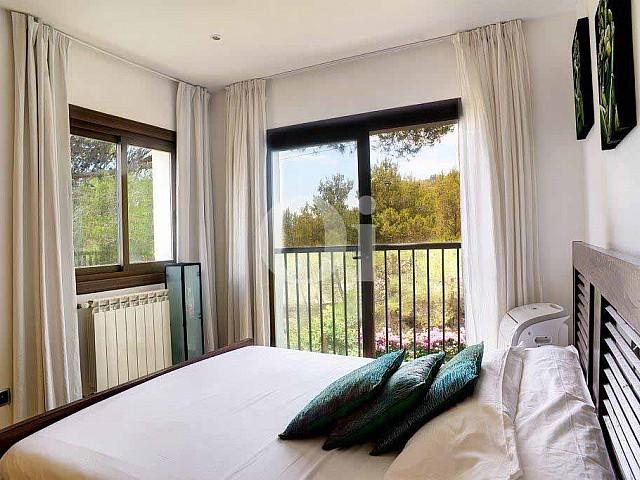 Exclusiva habitación doble con cama matrimonial en lujosa casa en venta situada en Ibiza