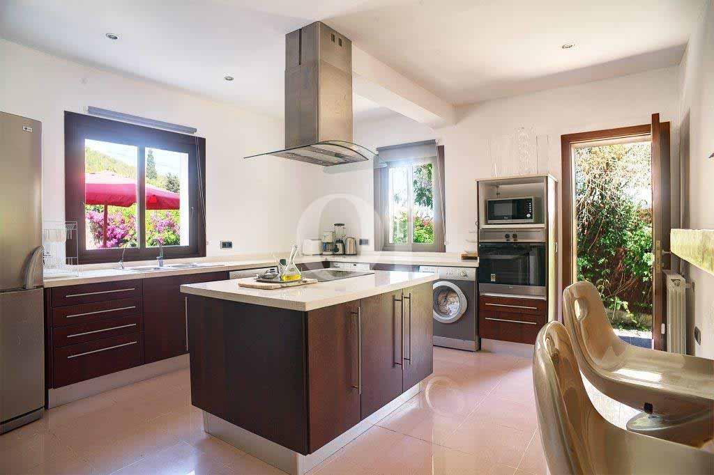 Стильная полностью оборудованная кухня на вилле в аренду на Ибице