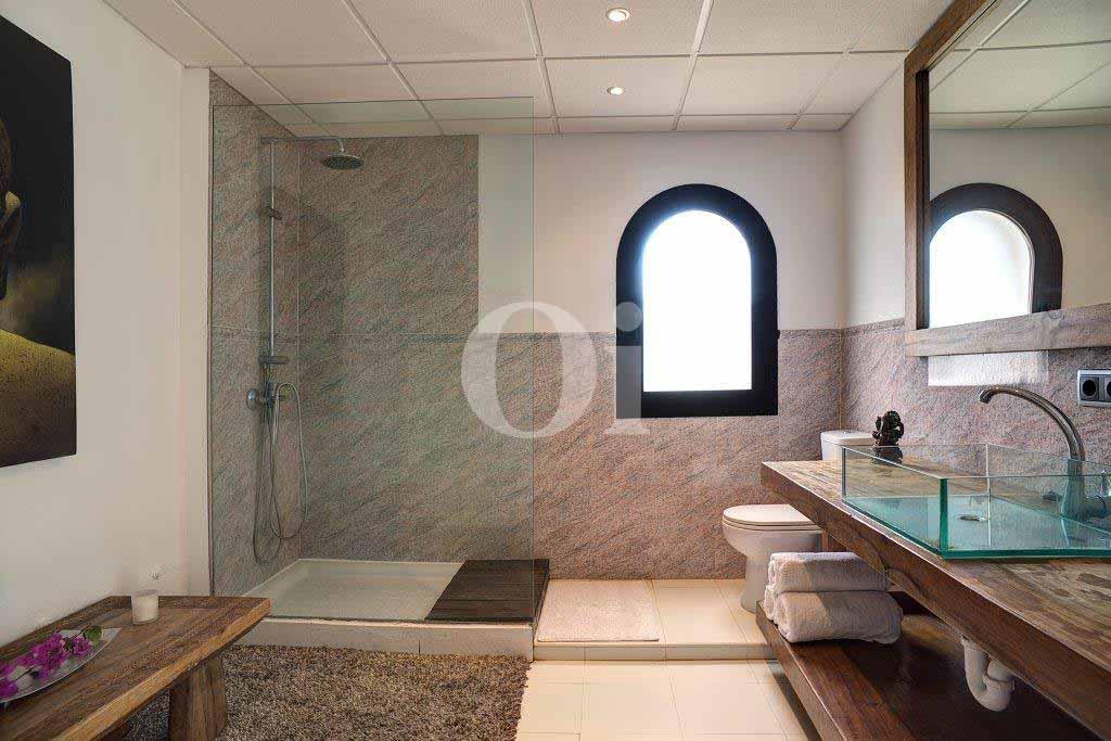Exclusivo baño completo con bañera y aseo en casa en venta en Ibiza
