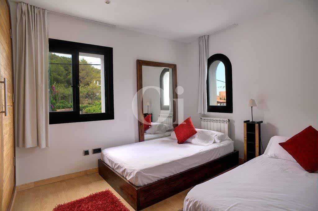 Luminosa habitación doble individual con dos camas en casa en venta en Ibiza