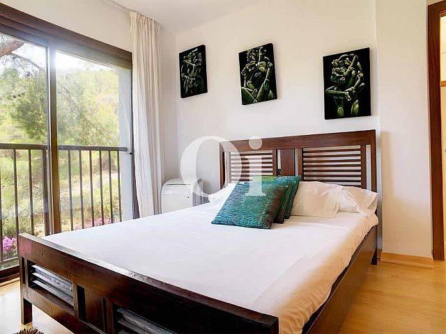 Magnifica habitación doble con cama matrimonial y ventanas al exterior en espectacular casa en venta en Ibiza