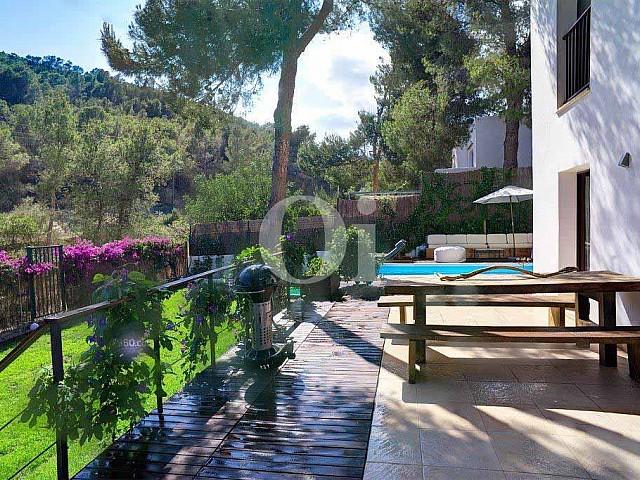 Шикарная терраса с потрясающими видами на вилле в аренду на Ибице