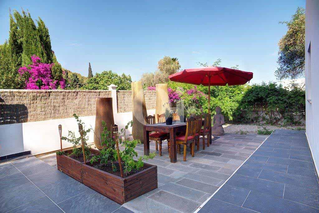 Lujosa terraza con vistas a la magnífica isla de Ibiza