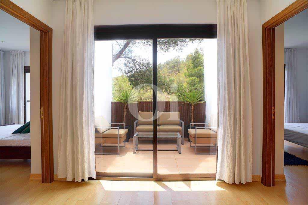 Luminoso balcón con vistas en sensacional casa en venta en Ibiza