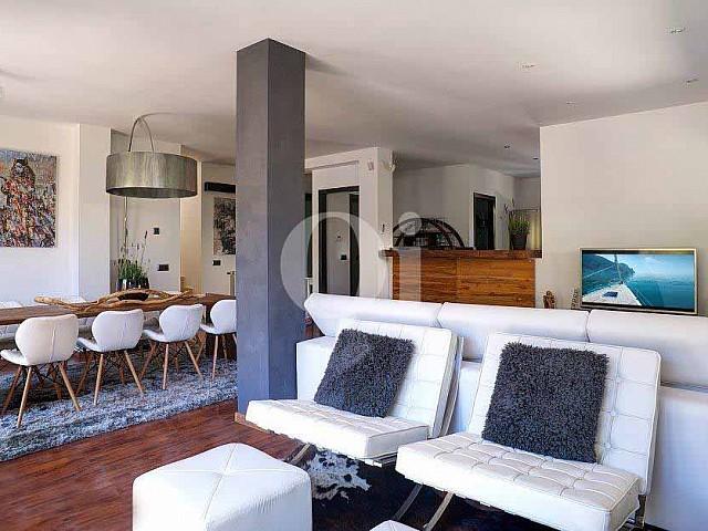 Sensacional salón comedor con luminosas vistas al exterior en excepcional casa en venta en Ibiza