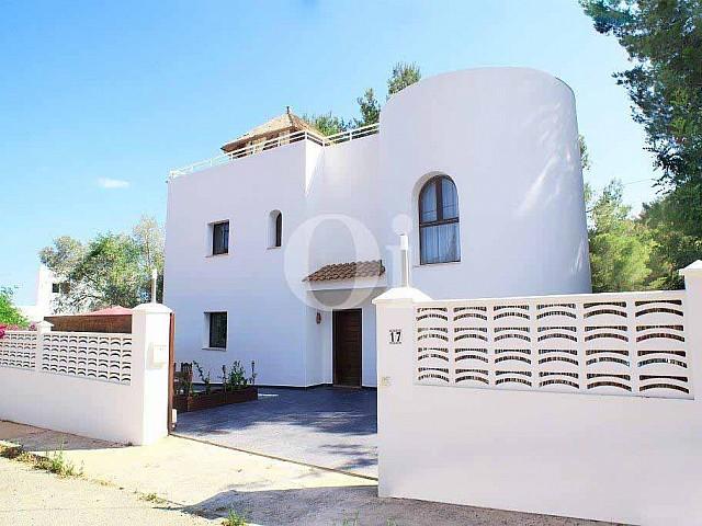 Фасад чудесной виллы в аренду на Ибице