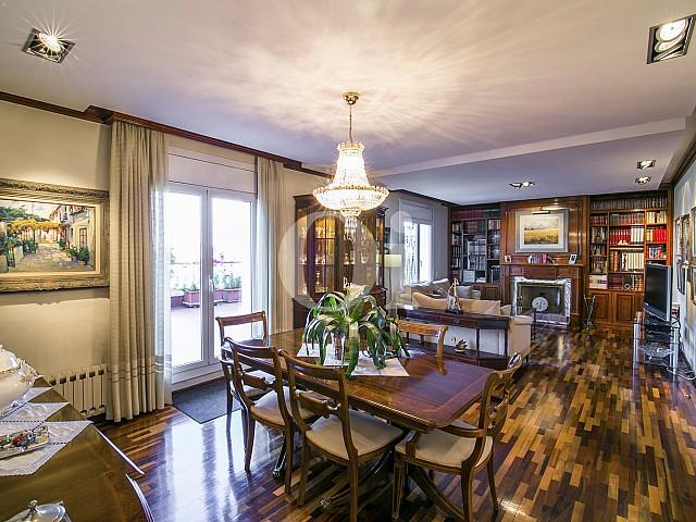 Luminoso salón comedor amueblado y con vistas exteriores en precioso ático en venta situado en la zona alta de Barcelona