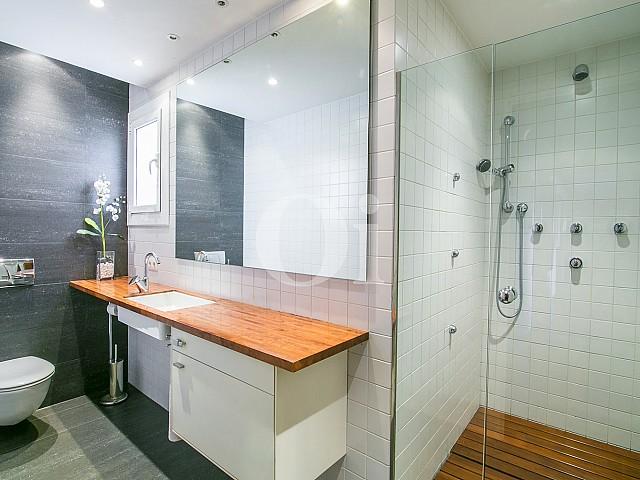Magnifico baño completo con aseo y plato de ducha en lujoso ático en venta ubicado en Sant Gervasi, Barcelona