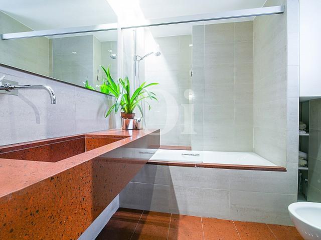 Magnifico baño completo con aseo y bañera en lujoso ático en venta ubicado en Sant Gervasi, Barcelona