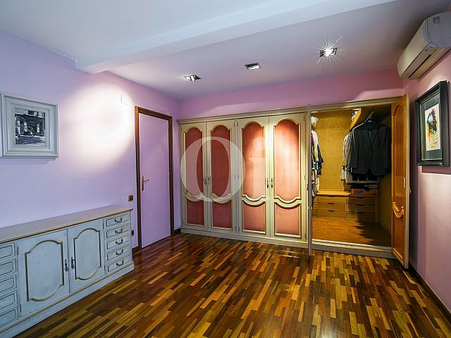Enorme armario empotrado de estilo modernista en exclusivo ático situado en la zona alta de Barcelona