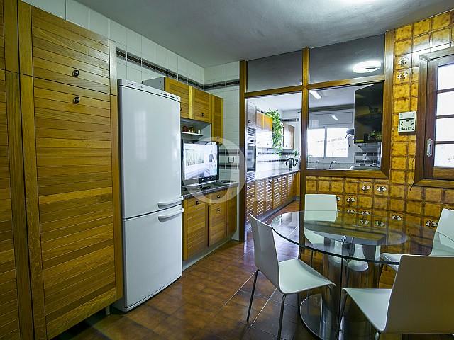 Amplia y moderna cocina equipada y de estilo americano en lujoso ático en venta situado en Sant Gervasi, Barcelona