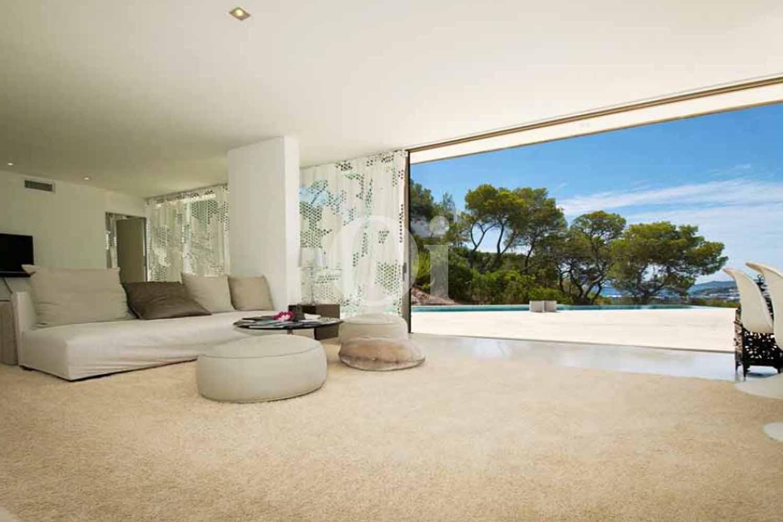 Amplio y luminoso comedor con vistas espectaculares en casa en venta ubicada en Ibiza