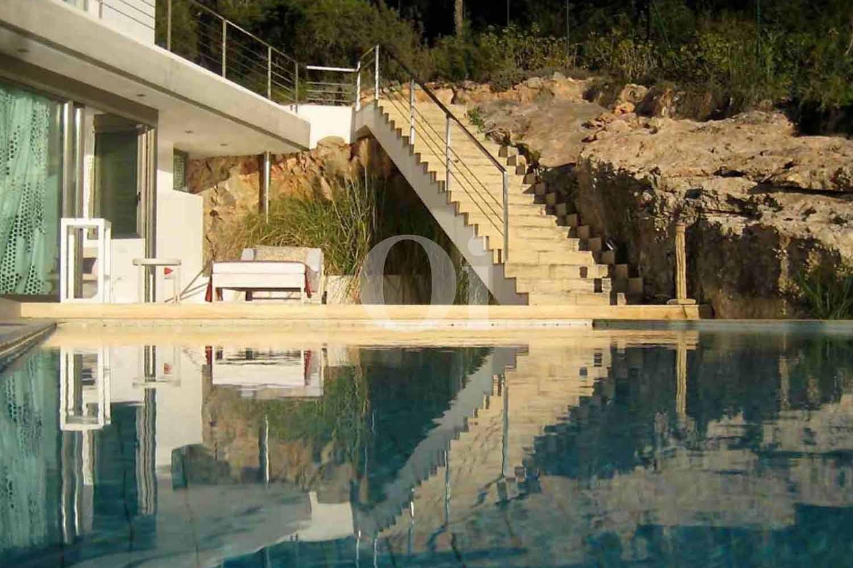 Шикарный бассейн на территории потрясающей виллы на продажу на Ибице
