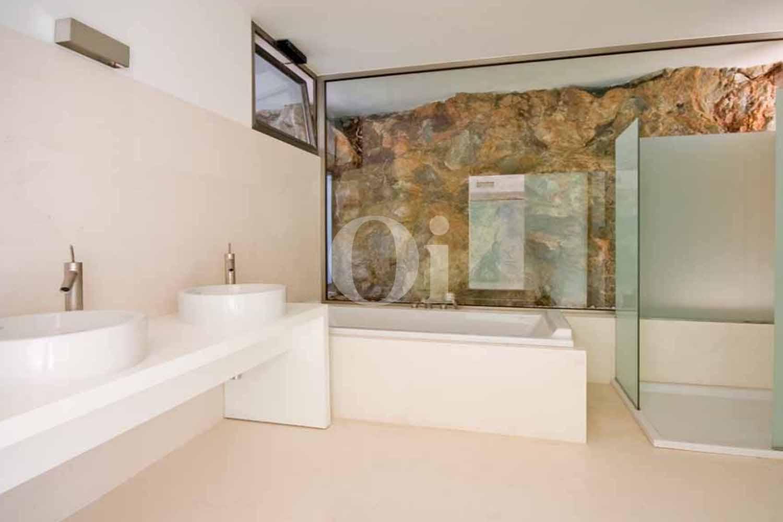 Lujoso baño completo con aseo, plato de ducha y bañera en excepcional casa en venta situada en Ibiza