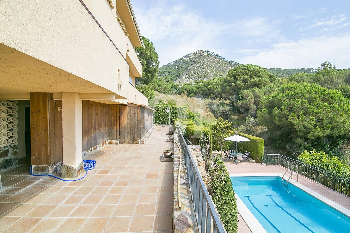 Терраса и бассейн у особняка на продажу в Cabrils, Maresme
