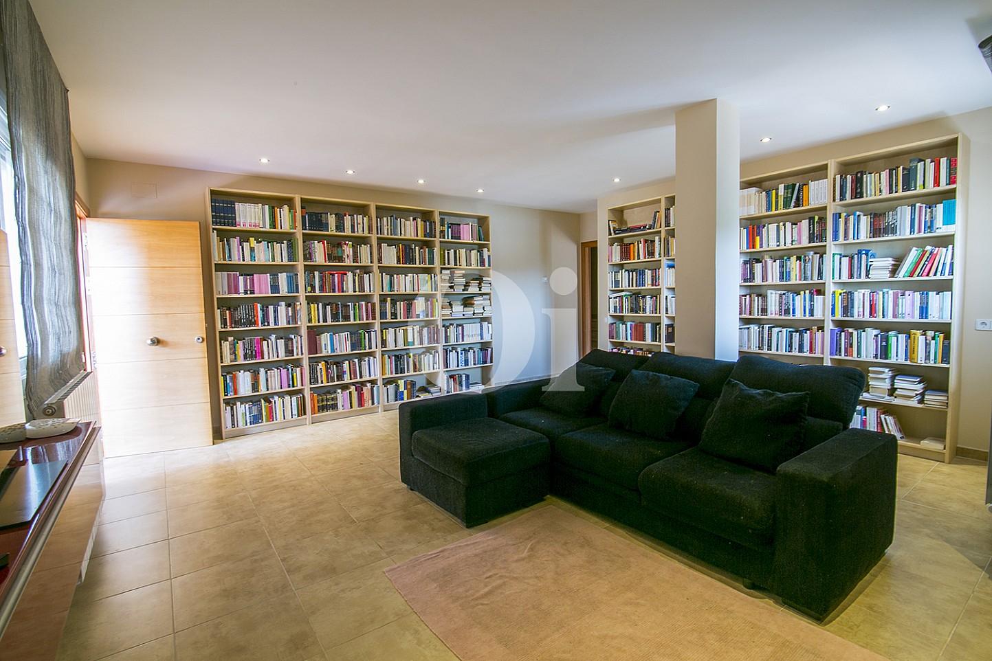 Библиотека в особняке на продажу в Cabrils, Maresme