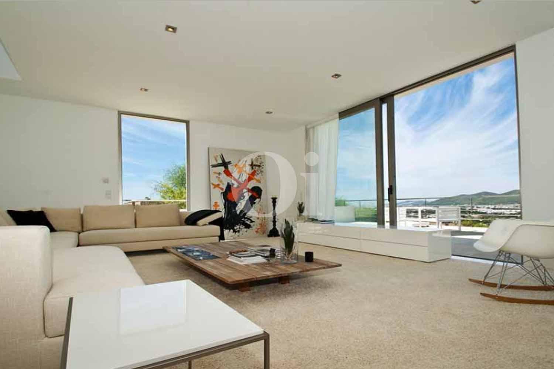 Espectacular salón con vistas exteriores de casa en venta en Ibiza