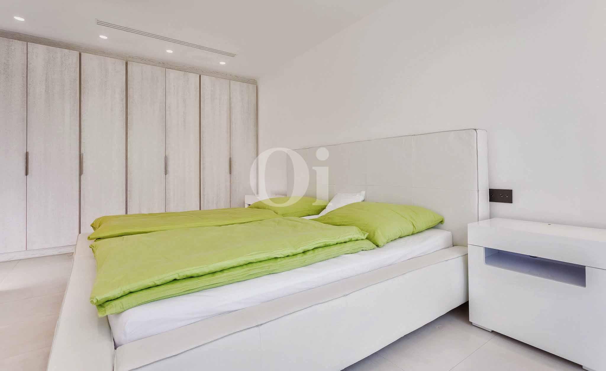 Luminosa habitación doble con cama matrimonial y armarios empotrados en lujosa casa en venta en Ibiza