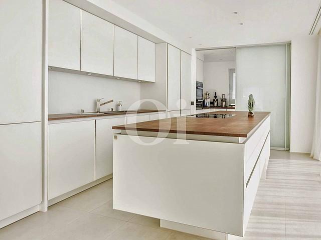 Lujosa cocina equipada e independiente en lujosa casa en venta situada en Ibiza
