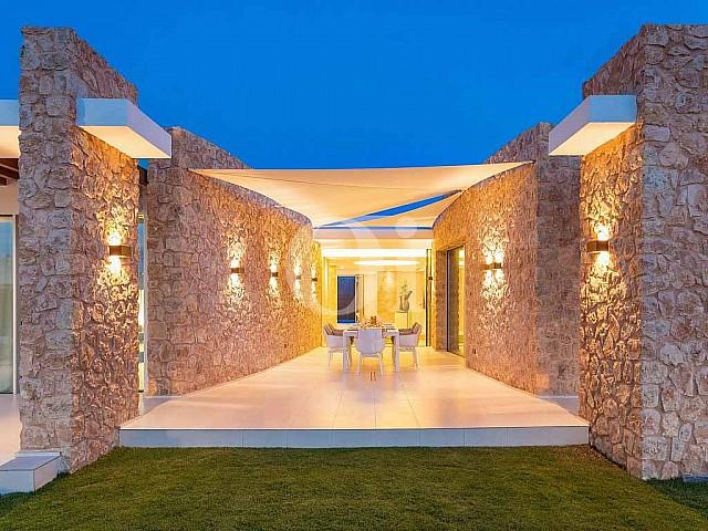 Exclusiva terraza con mesa para comer en casa en venta en Ibiza